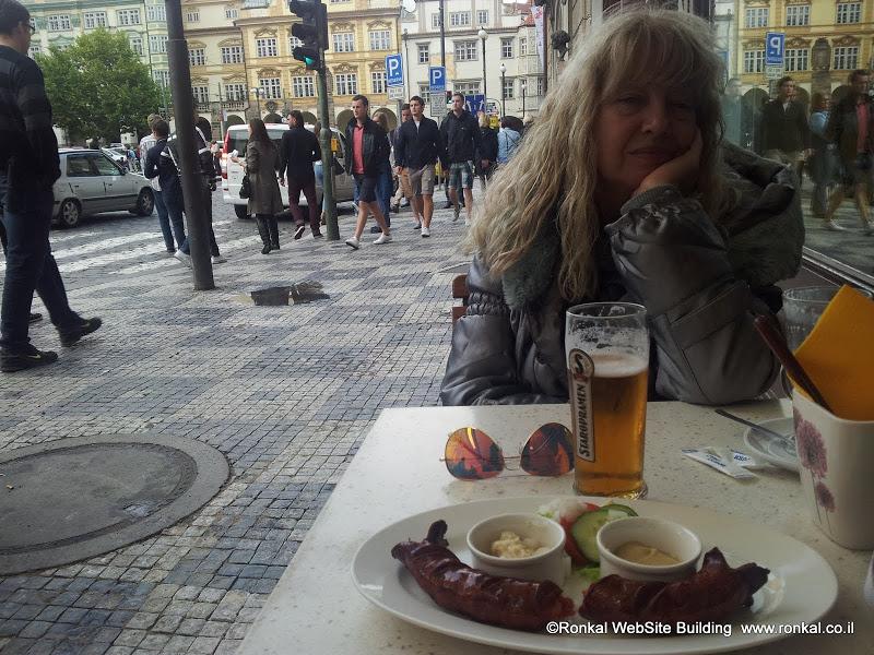 בירה ונקניקיות בפראג