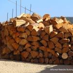 עצים להסקה בחורף בבית גאן