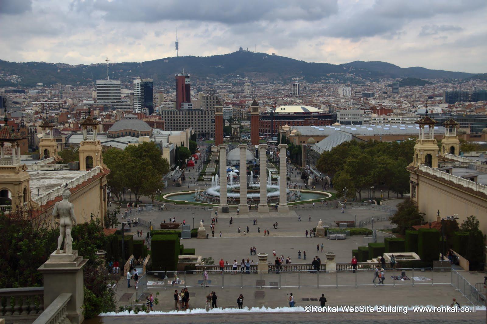 המוזיאון הלאומי והמזרקה המזמרת בככר איספניול ברצלונה