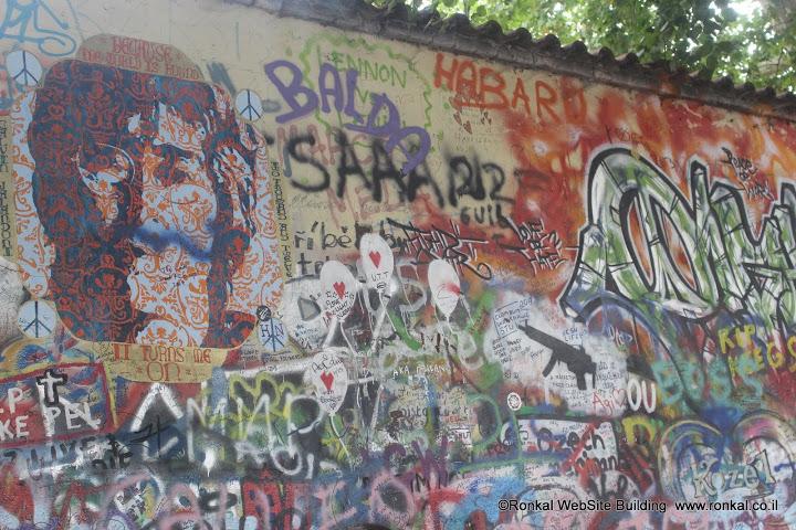 גרפיטי על גון לנון בפראג