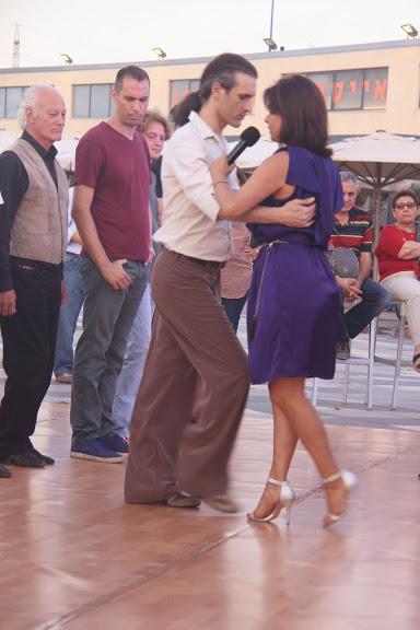 רוקדים טנגו וסלסה בנמל תל אביב